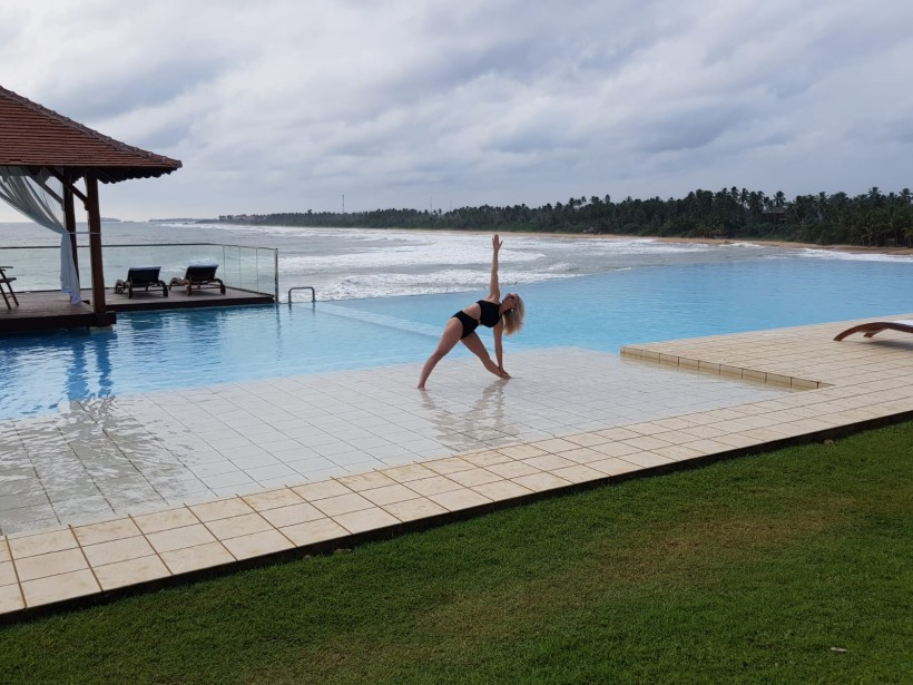 Foto trikonasana Sri Lanka.jpg